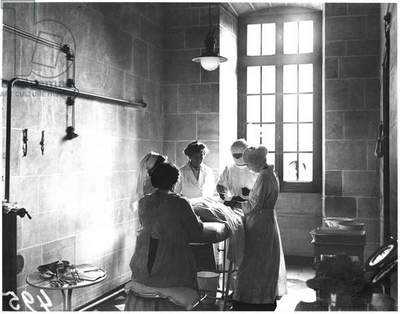 Operating theatre of the Scottish Women's Hospital in the Abbey of Royaumont, 1915 (b/w photo)