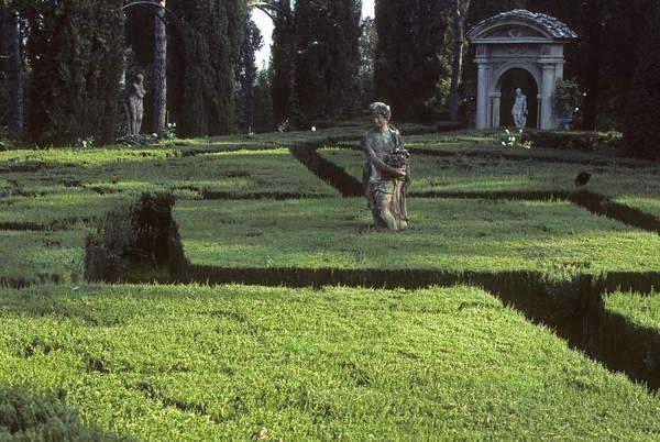 Labyrinth/Boxwood size/Buxus sempervirens/Uzzano/Tuscany/Italy, Photo © Viard M./HorizonFeatures / Bridgeman Images