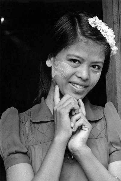 Birmanie, Burma, Mandalay area, spring 1984 : portrait of a young woman with flowers in the hair and Tanaka on face (makeup and protection against sun), Photo © Catherine Shepard / Bridgeman Images