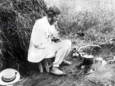russian peasant preparing some tea (before the 1917-revolution)