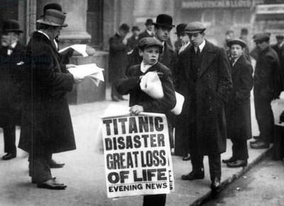 Newsboy Ned Parfett announcing the sinking of the 'Titanic' outside the offices of the White Star Line, Oceanic House, London on April 16, 1912 (photo)