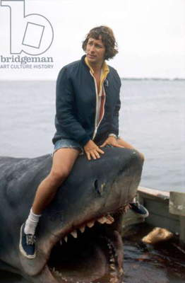 JAWS, 1975 directed by STEVEN SPIELBERG On the set, the director, Steven Spielberg (photo)