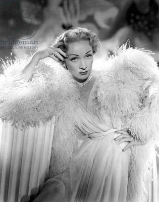 Le grand alibi STAGE FRIGHT by Alfred Hitchcock with Marlene Dietrich, 1950 (Costumes par Christian Dior) (b/w photo)