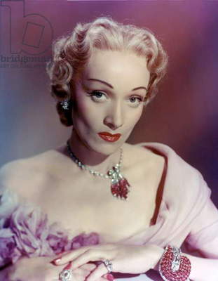 Le grand alibi STAGE FRIGHT by Alfred Hitchcock with Marlene Dietrich (qui porte une robe Dior en organza brode rose pale and des bijoux Van Cleef and Arpels, dont le bracelet Jarretiere (, c. 1937) en platine, diamants tailles brillant and baguette, rubis taille a facetttes), 1950 (photo)