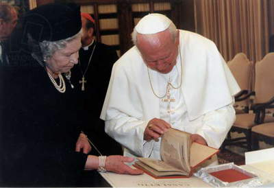 Queen Elizabeth II and Pope John Paul II, 2000 (photo)