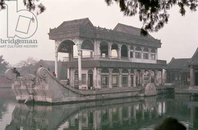Marble boat in the palace's gardens (photo)