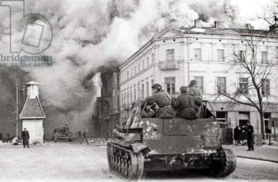Soviet army entering Warsaw in January 1945. Reproduction Marek Skorupski