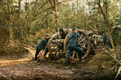 Three French soldiers in the woods with a Howitzer, Verdun, September 1916 (autochrome)