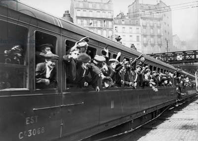 Departure of a train carrying the mobilised soldiers, at the Gare de l'Est, Paris, August 1914 (b/w photo)