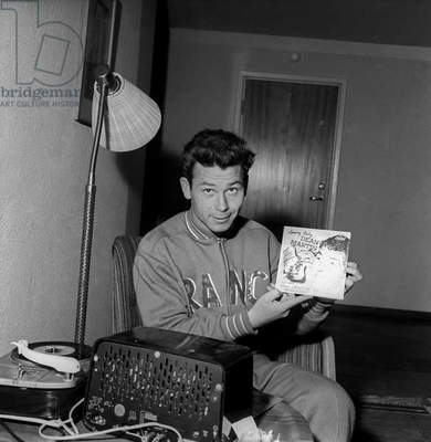 Just Fontaine showing a Dean Martin's vinyl record