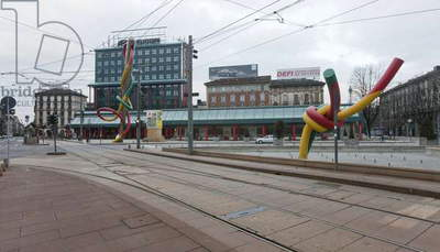 Piazza Cadorna, Cadorna Station and the sculpture Needle, Thread and Knot by Claes Oldenburg and Coosje van Bruggen, Milan, Italy (photo)