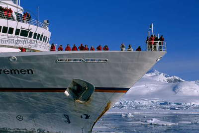 Tourists aboard a ship in Antarctica (photo)