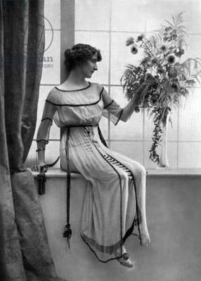 Gladys Mahxance dressed by Jeanne Lanvin, photo from french paper