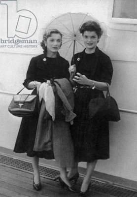 Caroline Lee Bouvier (Lee Radziwill) and her sister Jacqueline Bouvier (future Jackie Kennedy) on september 15, 1951 on boat to come back in USA after their travel in Europe
