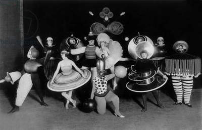 Costums by Oskar Schlemmer (Bauhaus) for Ballet triadique, at Metropol theater in Berlin, photo by Ernst Schneider, 1926