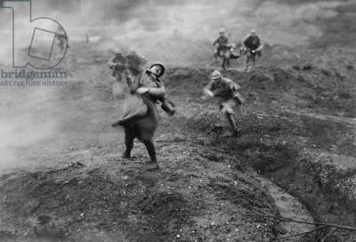 French lieutenant in an anticipatory counterattack on the German positions at Verdun, 1916 (b/w photo)