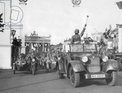 Parade of the Armed Forces for the visit of Mussolini in the Berlin, 1937 (b/w photo)