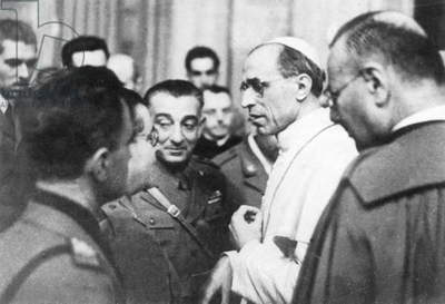 Pope Pius XII speaks with war correspondents, 1942 (b/w photo)
