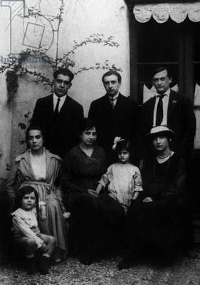 Beaulieu, 1918 : standing : Juan Gris,Vicente Huidobro, Chaim Jacob Lipchitz and front : Josette Gris with son Georges and wives of Huidobro and Lipchitz