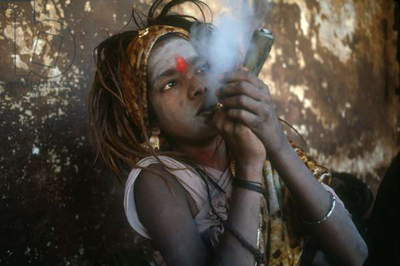 Nepal. Kathmandu. Young swami at Pashupatinath smoking hashish and tobacco. Kathmandu valley.  (photo)