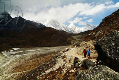 Trackers follow trail to Mt Everest base camp, Nepal. April 25, 2007.  (photo)