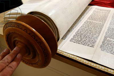 Torah scroll (photo)