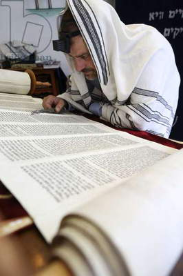 Reading the Torah in a synagogue (photo)