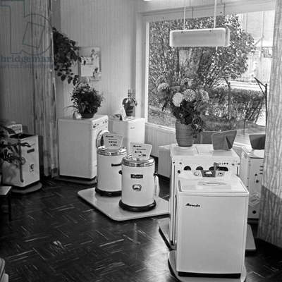 A hardware shop offering washing machines and laundry dryers of the brand Rondo at Hamburg, Germany 1950s