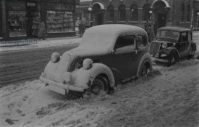 Snow covered cars in The Market place, Nuneaton. Monday 15 December 1952