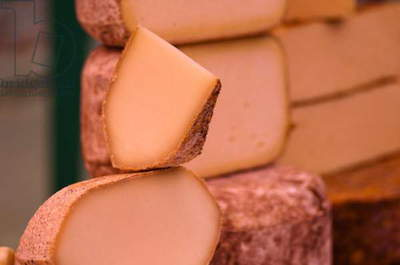 Cheese on market stall (photo)