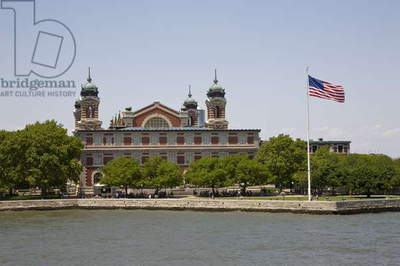 View of Ellis Island from the Liberty Island ferry, New York (photo)