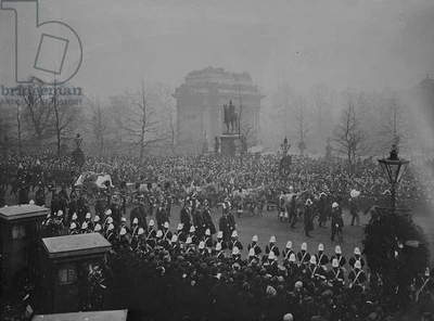 Queen Victoria's funeral cortege passes Wellington Arch, 2nd February 1901 (b/w photo)