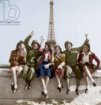 Liberation of Paris, August 1944 : Women and American Soldiers in Front of The Eiffel Tower (photo)