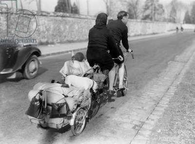 The 1St Paid Leave (2 Weeks) in France Thanks To Popular Front in 1936 : here A Couple on A Tandem Pulliing A Trailer With Luggage (b/w photo)