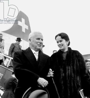 Charlie Chaplin and wife Oona arriving in Paris airport april 01, 1955 (photo)