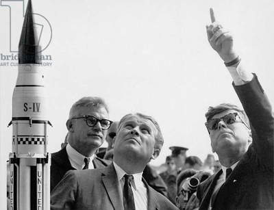 Robert Seamans, administrator of NASA, Wernher von Braun, German engineer and American President John F. Kennedy at Cape Canaveral, Florida November 16, 1963 : Von Braun explaining system of launching of Saturn to President (Mercury project)