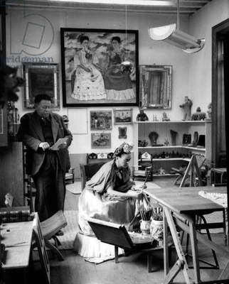 Mexican painters Frida Kahlo (1907-1954) and Diego Rivera (1886-1957) in their workshop in 1948