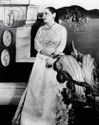 Helena Rubinstein estheticienne dans la chambre Dali de son nouvel appartement en robe Balenciaga a New York.