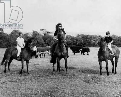 Jackie Kennedy With her Children Caroline and John Fitzgerald Kennedy Jr Riding Horse in The Kennedy'S Property June 18, 1967 (b/w photo)