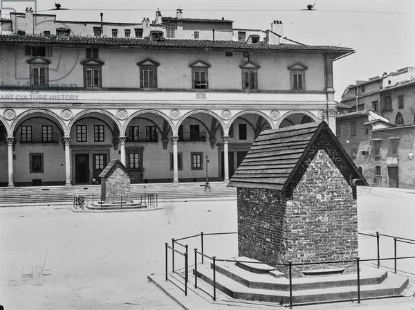 World War I: protection of fountains by Pietro Tacca (1577-1640) in Piazza Santissima Annunziata in Florence against air raid