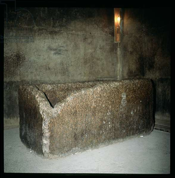 Sarcophagus of Khufu (c.2551-2528 BC) in the King's Chamber, Old Kingdom (photo)