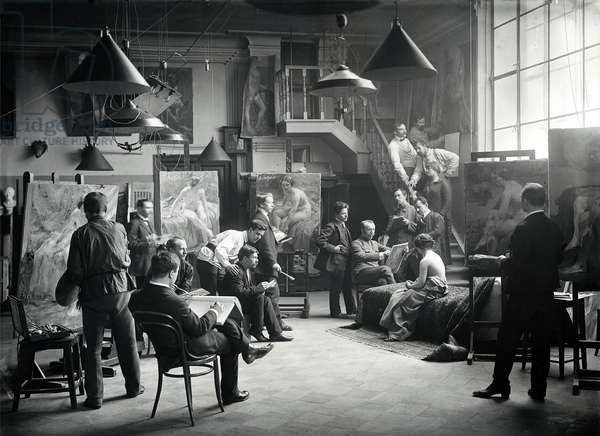 Life class at the Imperial Academy of Art, c.1914 (b/w photo)