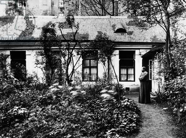 Austrian painter Gustav Klimt (Vienna, 1862-Neubau, 1918) in the garden of his studio on Josefstadterstrasse, Vienna, photograph. Austria, 20th century.