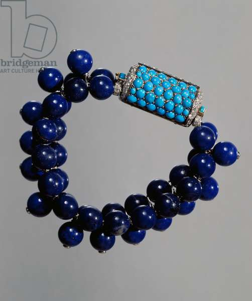 Bracelet with three rows of lapis lazuli beads and turquoise and brilliant diamond clasp, 1937, made by Cartier. France, 20th century.