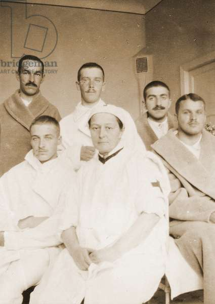 Vera Gedroitz with a group of her patients, c.1915 (photo)
