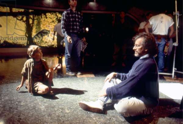 JURASSIC PARK, 1993 directed by STEVEN SPIELBERG On the set, Joseph Mazzello and Steven Spielberg (photo)