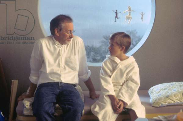ARTICIAL INTELLIGENCE AI 2001 directed by STEVEN SPIELBERG On the set, Steven Spielberg and Haley Joel Osment (photo)
