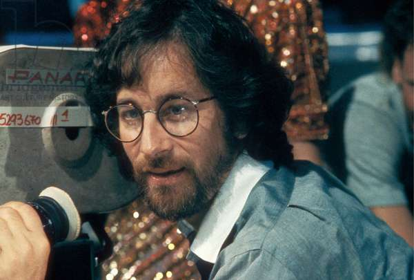 INDIANA JONES AND THE TEMPLE OF DOOM, 1984 directed by STEVEN SPIELBERG On the set, Steven Spielberg behind the camera (photo)