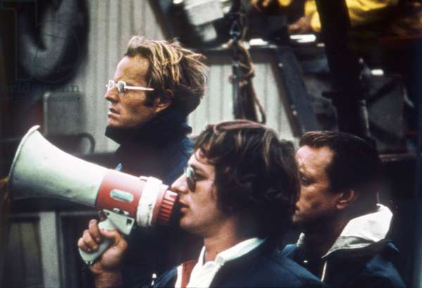 JAWS, 1975 directed by STEVEN SPIELBERG On the set, Steven Spielberg directs his movie (photo)