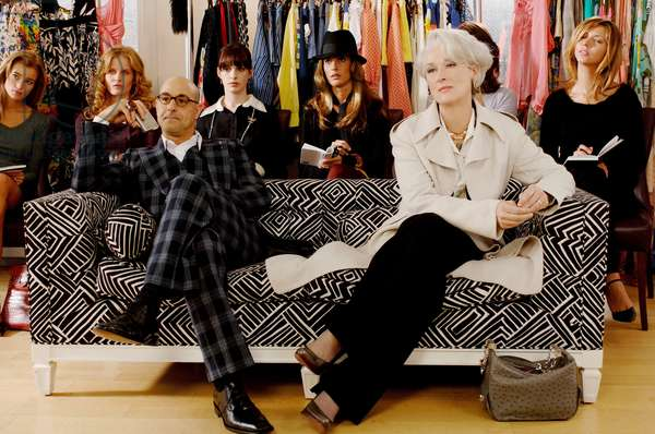 Le Diable s'habille en Prada THE DEVIL WEARS PRADA by DavidFrankel with Stanley Tucci and Meryl Streep and Anne Hathaway (arriere plan) 2006 (photo)